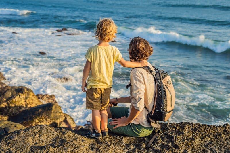 Ojciec i syn chodzimy wzdłuż pozaziemskiej Bali plaży Portrai zdjęcie stock