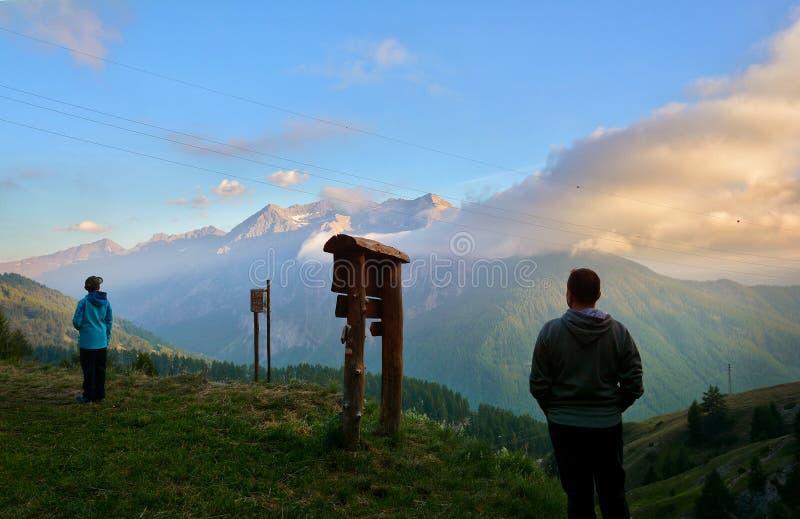 Ojciec i syn cieszy się zmierzch w górach, Włoscy Alps, Sestriere fotografia stock
