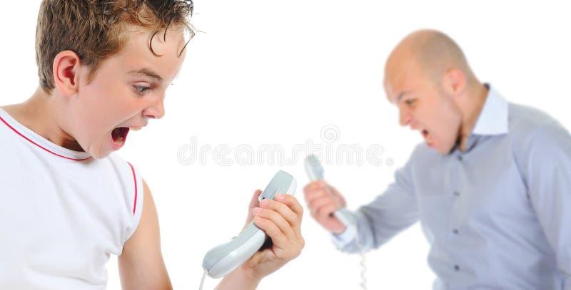 Ojciec i syn dyskutujemy podczas gdy opowiadający nad zdjęcie royalty free