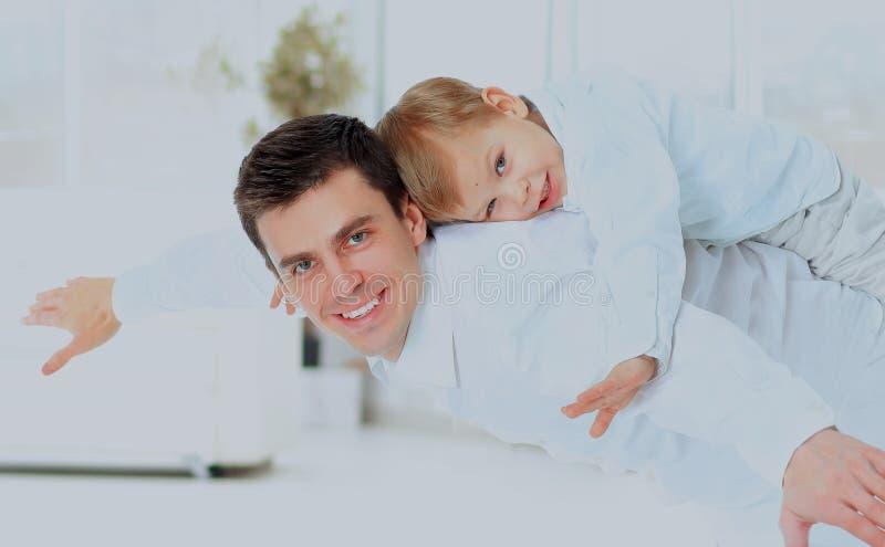 Ojciec i syn imitujemy samolot zdjęcia royalty free