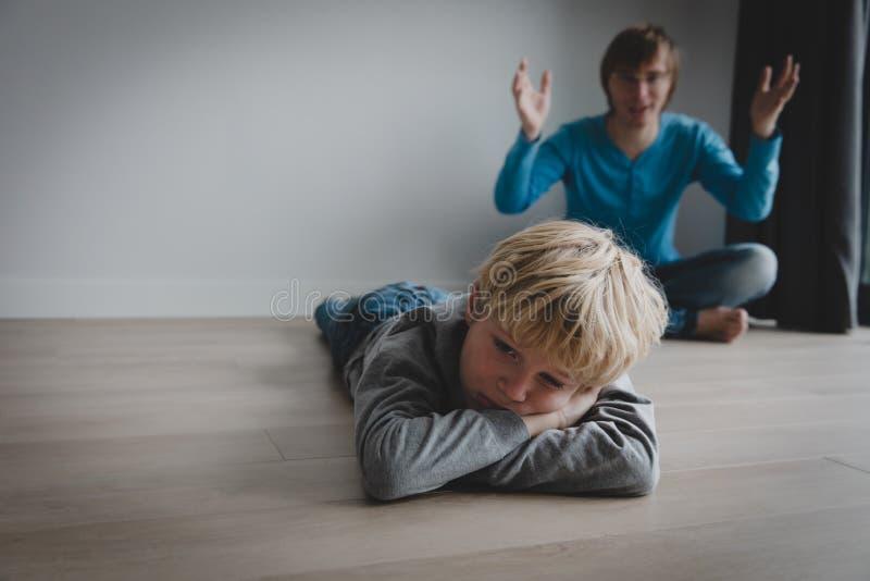 Ojciec i syn kolidujemy, agresja, nadużycie, źle zrozumieć obraz stock