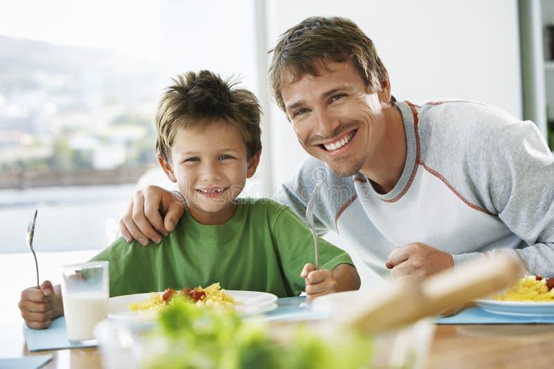 Ojciec I syn Ma śniadanie Przy stołem obraz stock