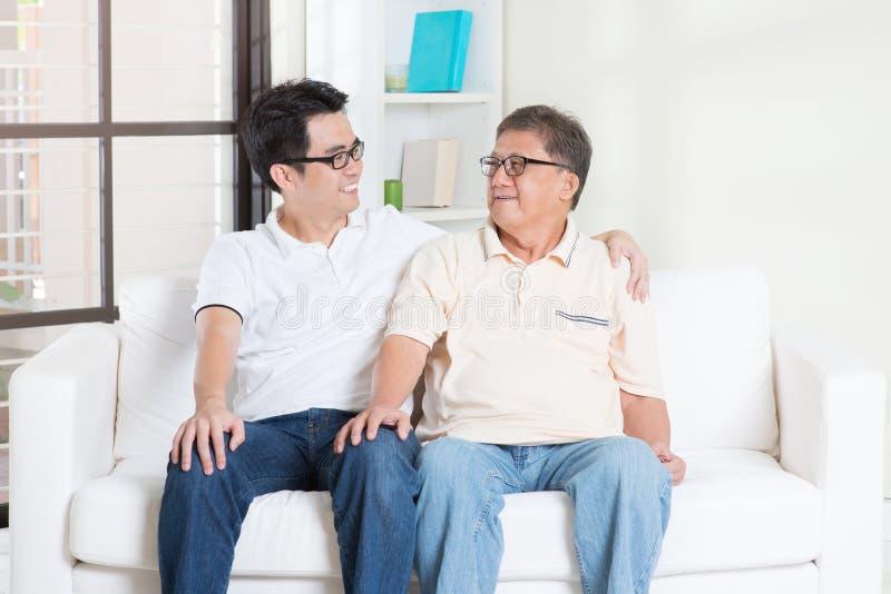 Ojciec i syn ma rozmowę obraz stock