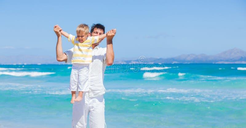 Ojciec i syn ma zabawę na plaży zdjęcia stock
