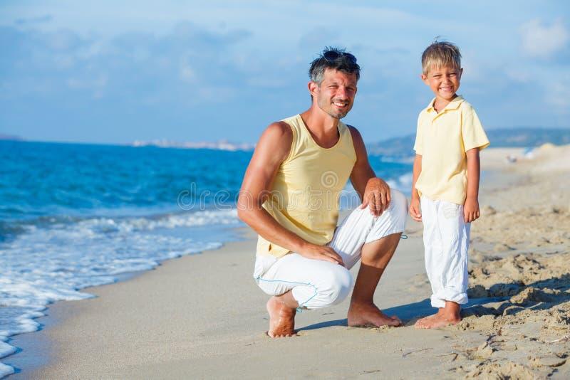 Ojciec i syn na plaży fotografia royalty free
