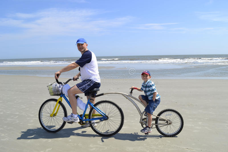 Ojciec i syn na rowerach przy plażą zdjęcia royalty free