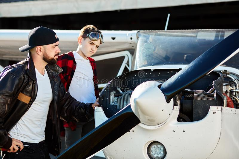 Ojciec i syn patrzeje samolotowego parowozowego zamyślenie fotografia royalty free