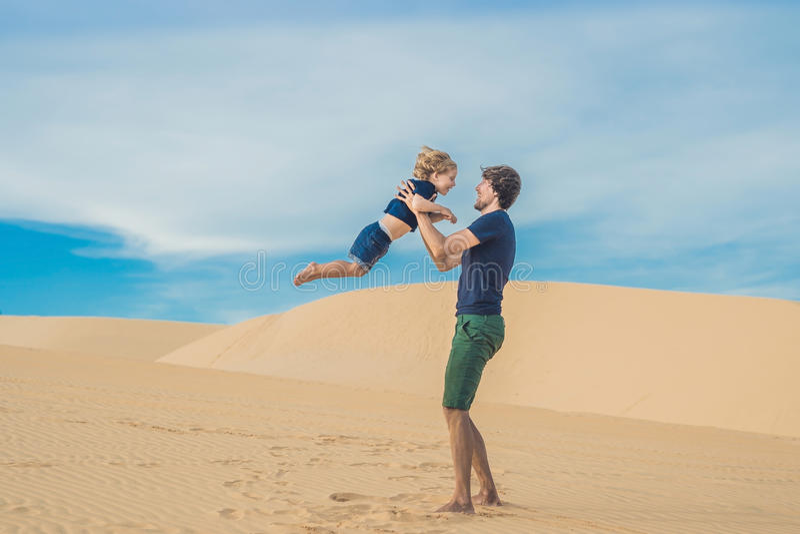 Ojciec i syn przy białą pustynią Podróżować z dziećmi conc fotografia royalty free