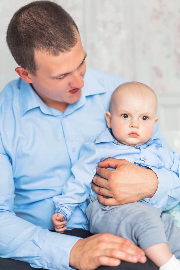 Ojciec i syn siedzimy i bawić się w pepinierze zdjęcia stock
