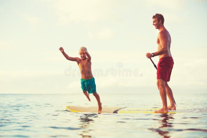 Ojciec i syn Stoimy Up Paddling fotografia royalty free