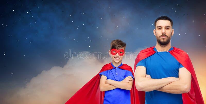 Ojciec i syn w bohaterów przylądkach nad nocnym niebem obrazy royalty free