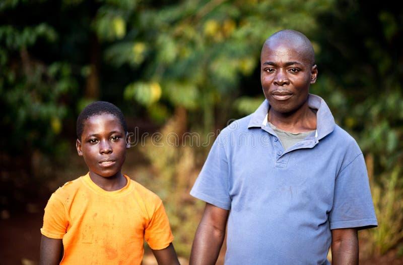 Ojciec i syn w wiosce w Uganda zdjęcia stock