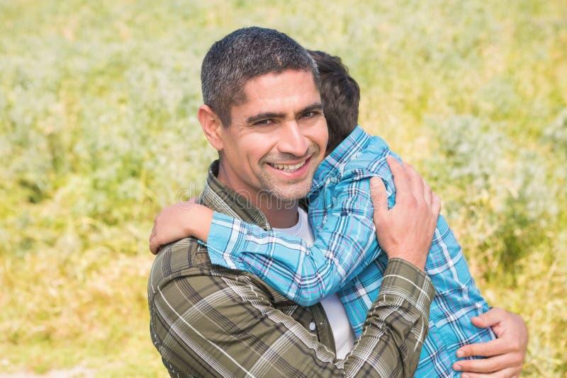 Ojciec i syn w wsi fotografia stock