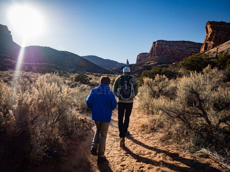 Ojciec i syn wycieczkuje w Kolorado Krajowym zabytku zdjęcia royalty free