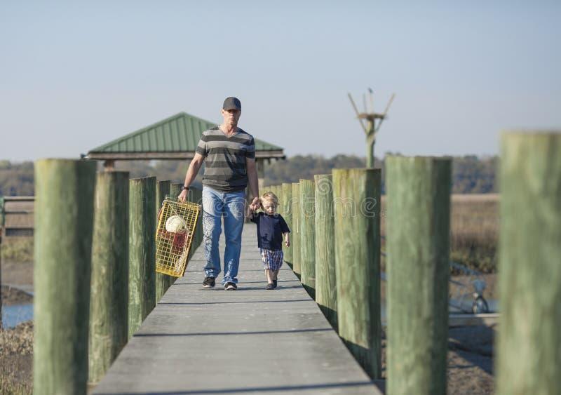 Ojciec i syn z kraba oklepem zdjęcie stock