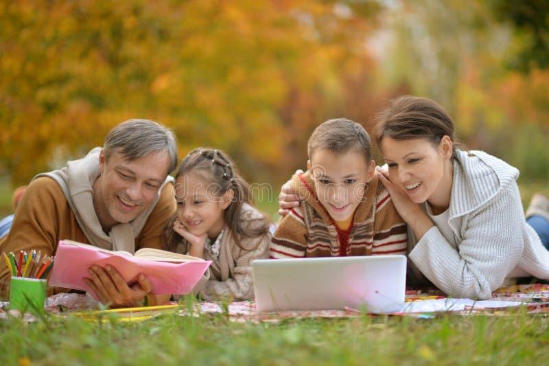 Ojciec matka i dzieci obraz royalty free