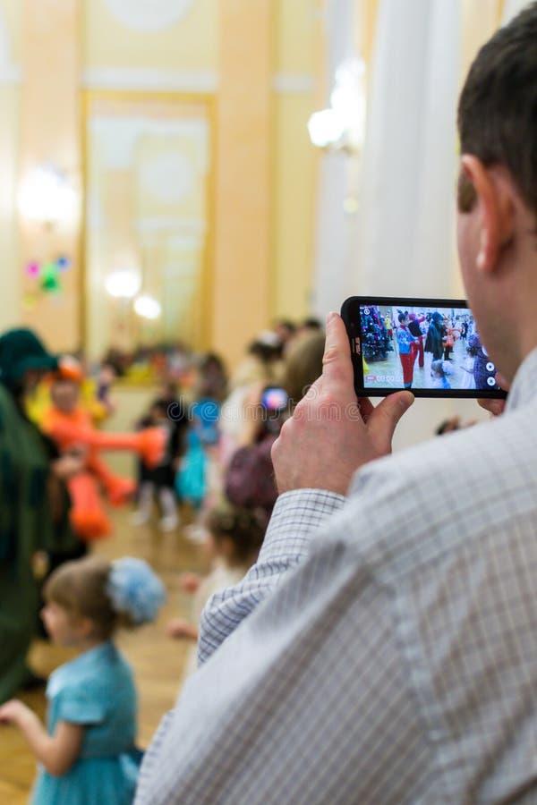 Ojciec Nagrywa Jego dziecka na telefonie zdjęcia stock