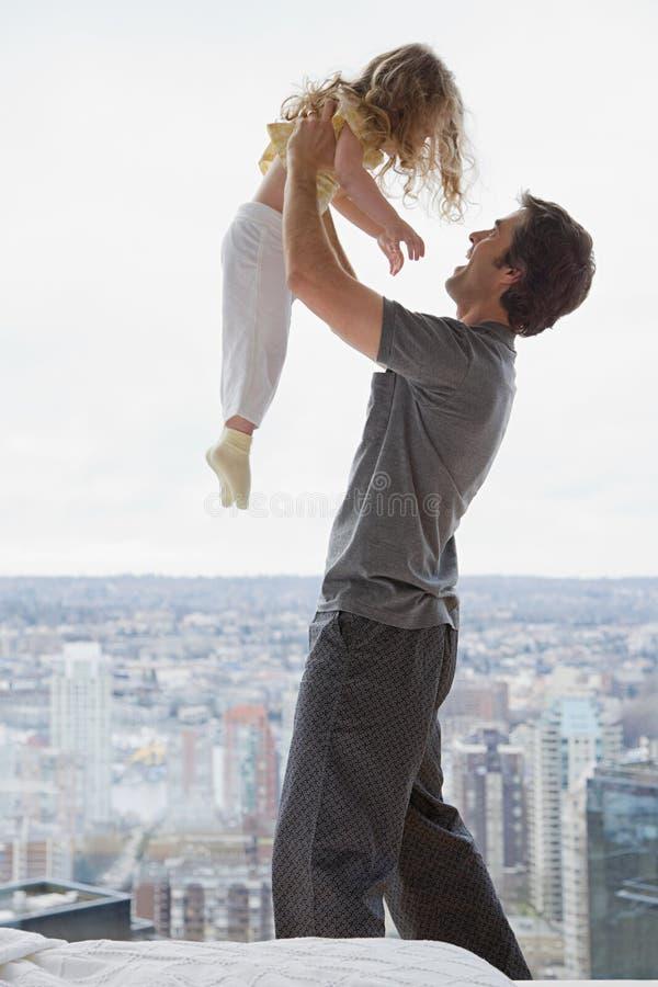 Ojciec podnosi jego córki fotografia stock