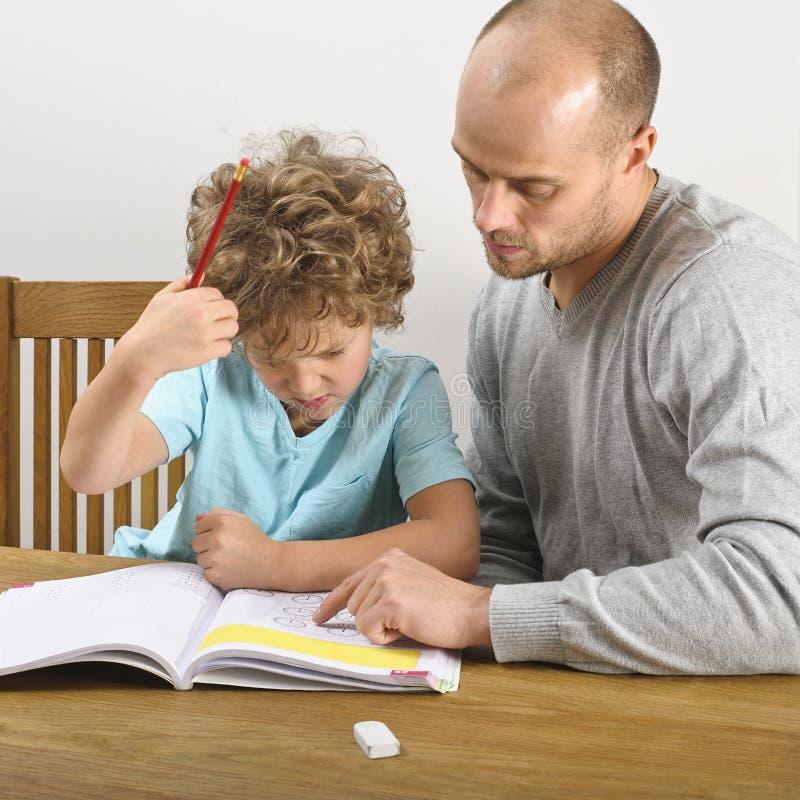 Ojciec pomaga z pracą domową obraz stock