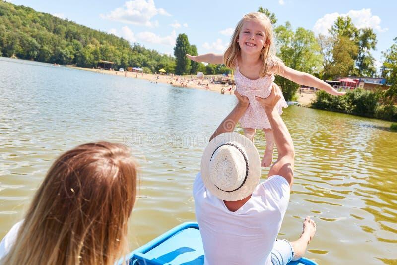 Ojciec pozwala jego małej córki latać zdjęcia stock