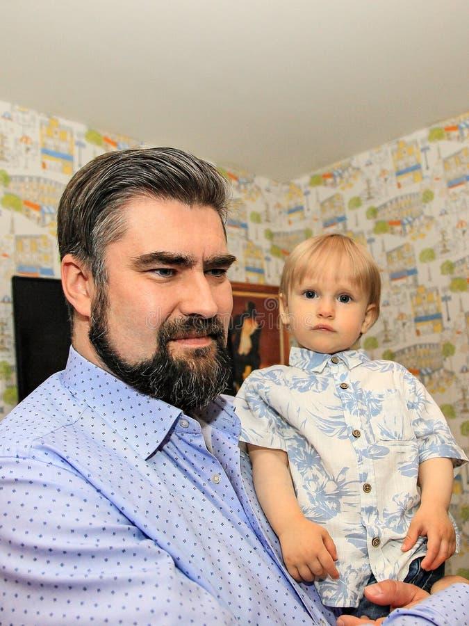 Ojciec trzyma dwuletniego syna w jego rękach Pojęcie fatherly miłość obraz royalty free