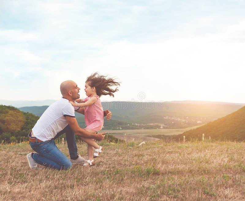 Ojciec trzyma jego ładnej córki i są uściśnięciem zdjęcie royalty free
