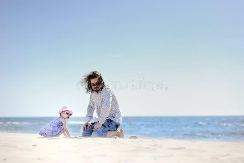 ojciec urocza plażowa dziewczyna jej berbeć obraz royalty free