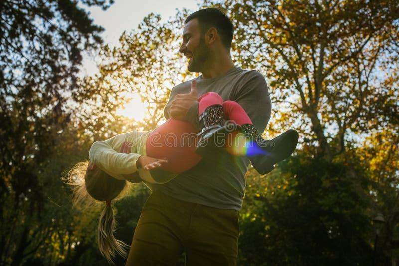 Ojciec wydaje czas wraz z córką zdjęcia royalty free