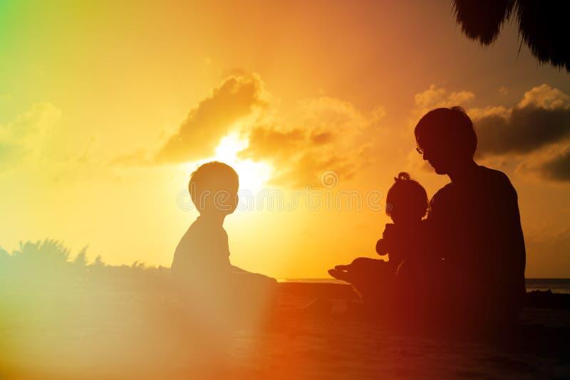 Download Ojciec Z Dwa Dzieciakami Chłopiec I Dziewczyna Bawić Się Przy, Zdjęcie Stock - Obraz złożonej z szczęśliwy, dorosły: 53792094