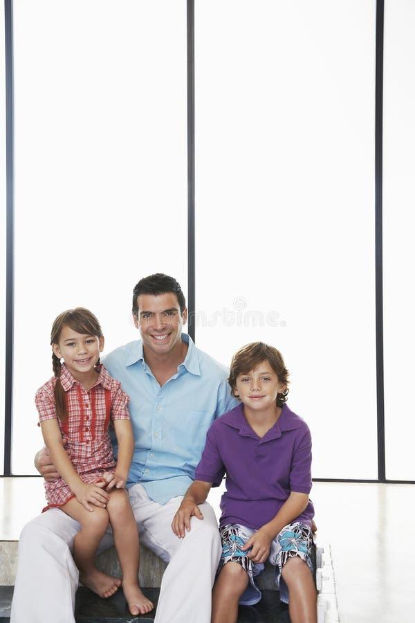 Ojciec Z dziećmi Siedzi Wpólnie W Domu zdjęcia stock
