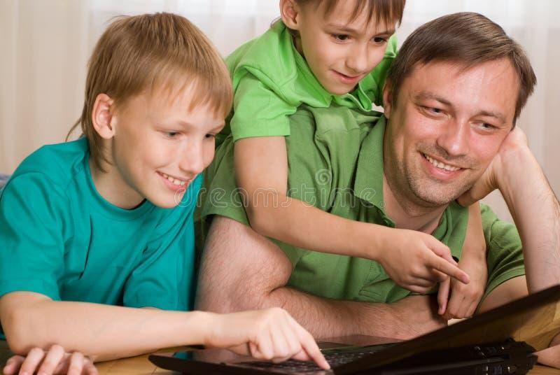 Ojciec z jego synami fotografia stock