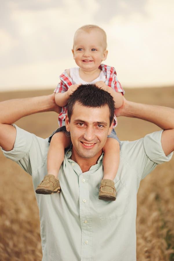 Ojciec z synem w pszenicznym polu fotografia stock