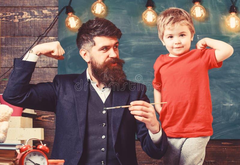 Ojcostwa poj?cie Utalentowany artysta wydaje czas z synem Nauczyciel z brod?, ojciec i ma?y syn ma zabaw?, wewn?trz fotografia stock