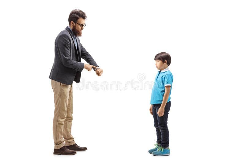 Ojcuje łajać jego syna i patrzeć ten zegarek zdjęcia stock