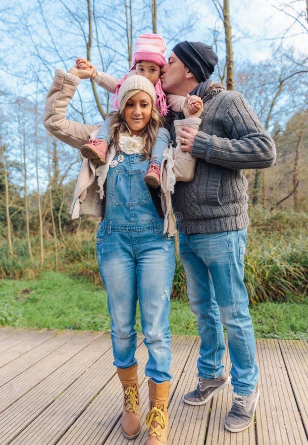 Ojcuje całowanie jego mała córka nad a fotografia stock