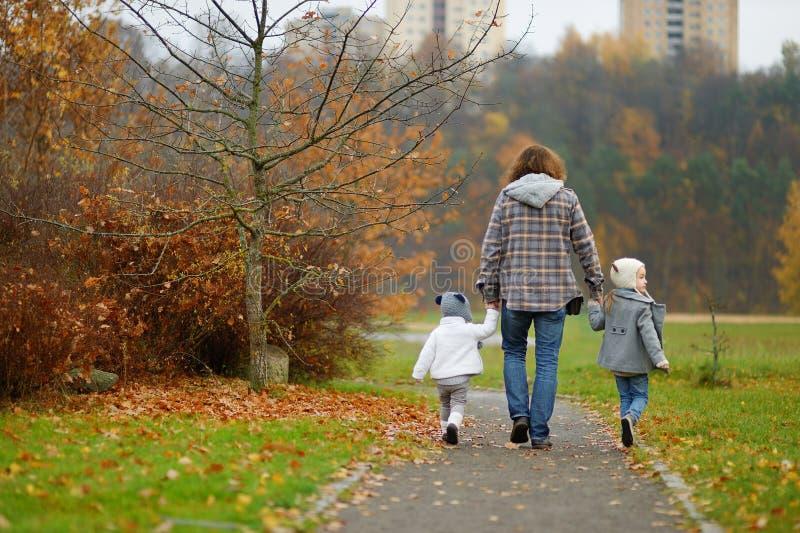 Ojcuje i dzieciaki bierze spacer na jesień dniu obraz stock