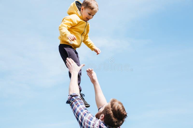 Ojcuje i jego syn bawić się wpólnie w miasto parku zdjęcia royalty free