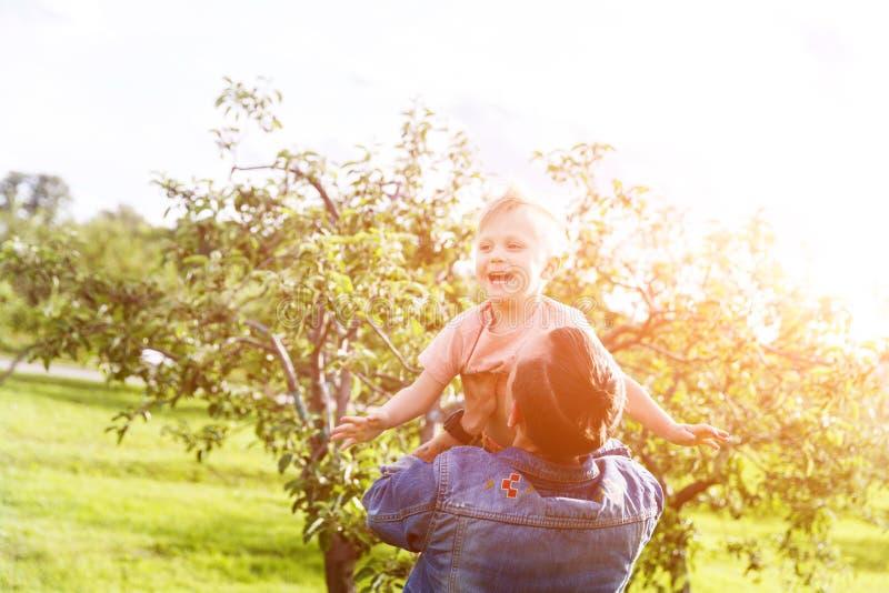 ojcuje jego parkowego bawić się syna zdjęcia stock