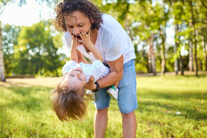 ojcuje jego parkowego bawić się syna fotografia stock