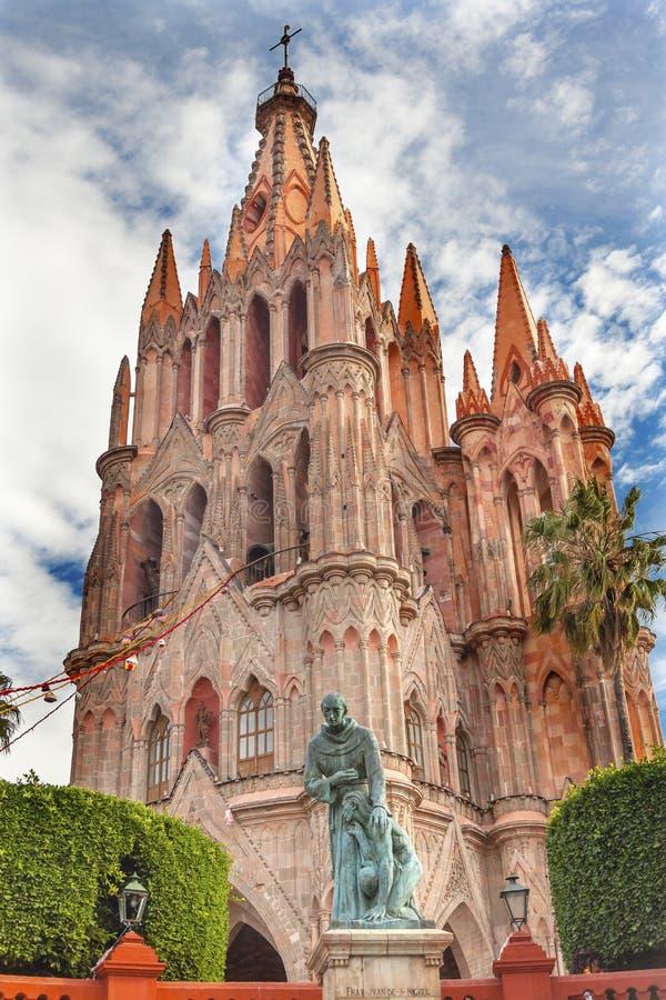 Ojcuje Juan De San Miiguel statuę Parroquia Kościelny San Miguel Meksyk obraz royalty free