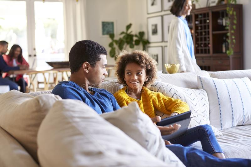 Ojcuje wydawać czas z jego nastoletnią córką, macierzystego odprowadzenie i dziadków si na kanapie w żywym pokoju, przez pokoju, obraz stock