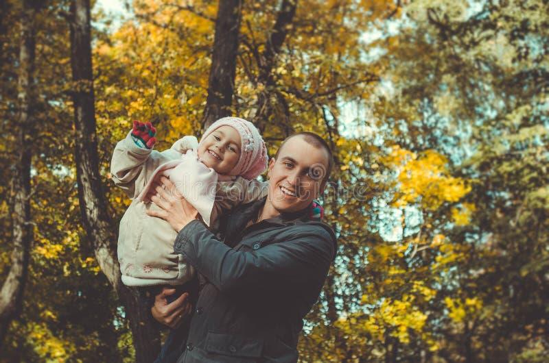 ojcuje z berbeciem w jesień parku zdjęcie royalty free