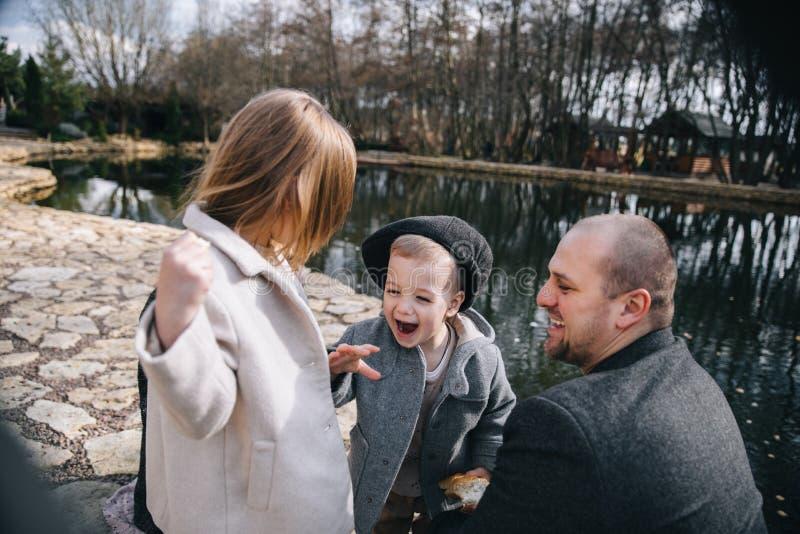 Ojcuje z córką i synem ma zabawę wydaje czas wpólnie outdoors fotografia stock