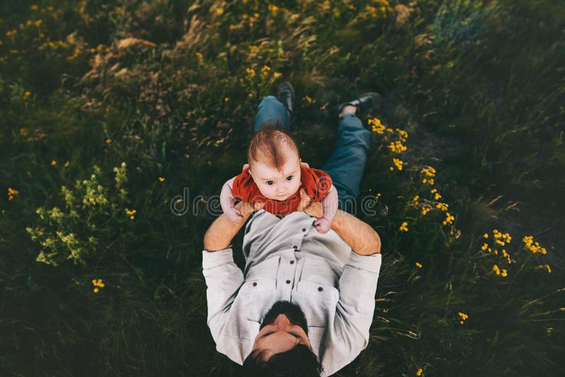 Ojcuje z dziecka dziecka lying on the beach na trawy rodziny styl życia obraz royalty free