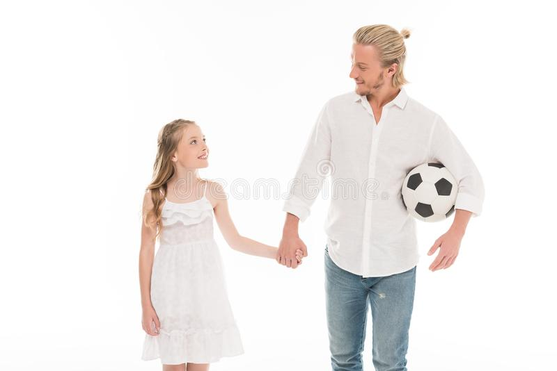ojcuje z piłki nożnej preteen i piłki córki mienia rękami fotografia stock