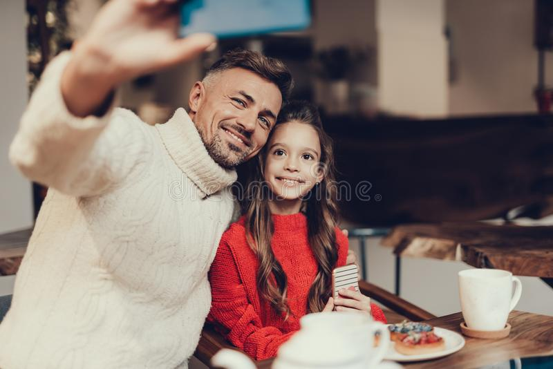 Ojczulek i córka robi selfie w kawiarni obrazy royalty free