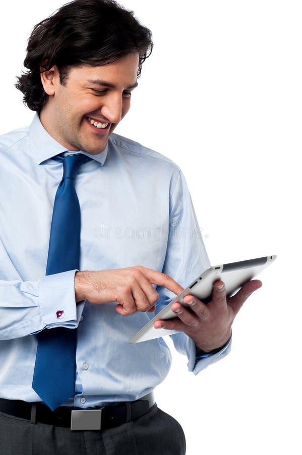 Ojeada profesional del negocio en la PC de la tableta imágenes de archivo libres de regalías