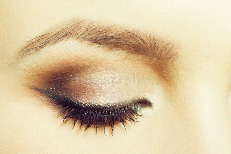Ojo cerrado con maquillaje en cara femenina foto de archivo libre de regalías