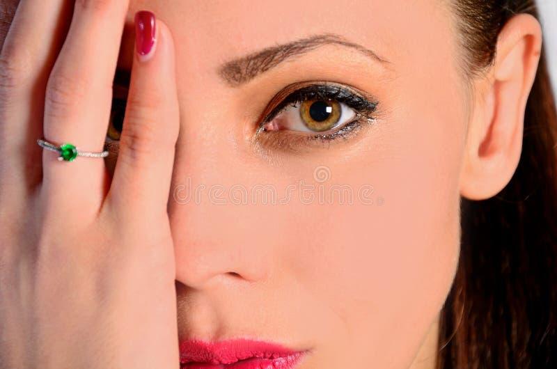 Ojo de la cubierta de la mujer imagenes de archivo