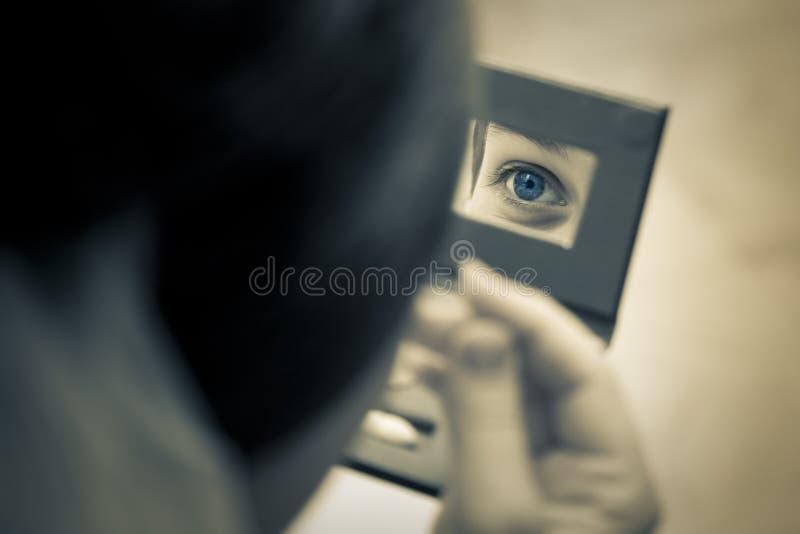 Ojo de la mujer capturado en el espejo imagen de archivo